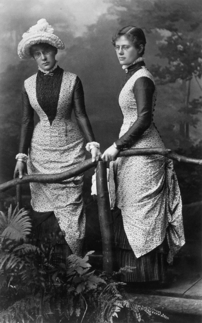 Notman & Sandham, Miss Brown and sister, Montreal, 1880 © Musée McCord Museum